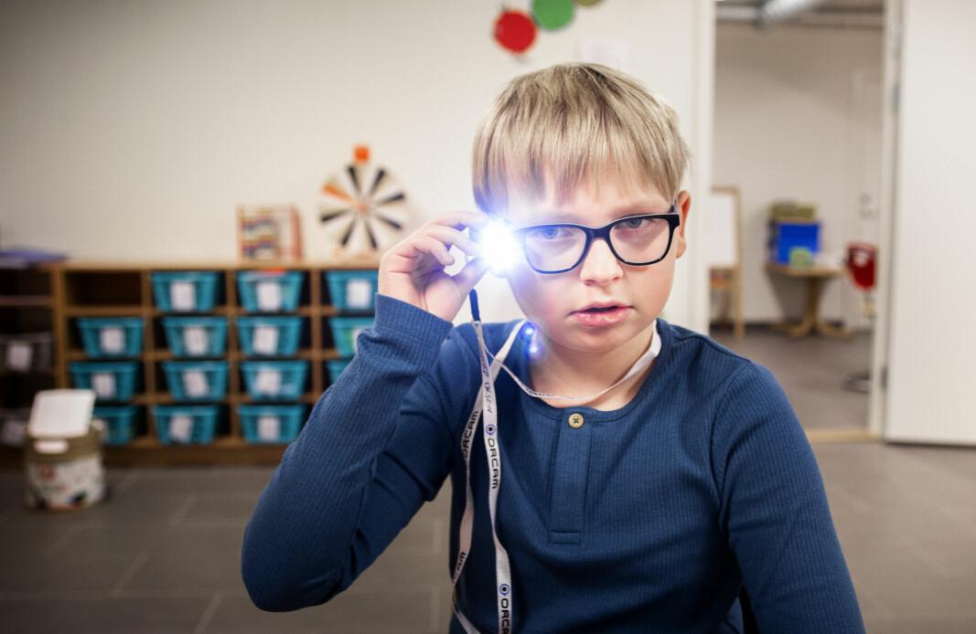 Sigurd er blitt en gladere gutt som opplever ny mestring i skolehverdagen sin takket være dette lesekameraet med innebygget tekst-tale-funksjon.