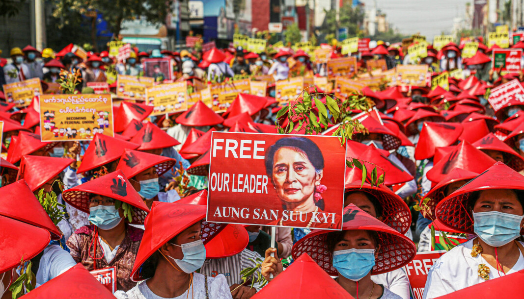 Lærere i byen Mandalay viser sin støtte til Aung San Suu Kyi, som ble avsatt som regjeringssjef av militæret 1. februar.