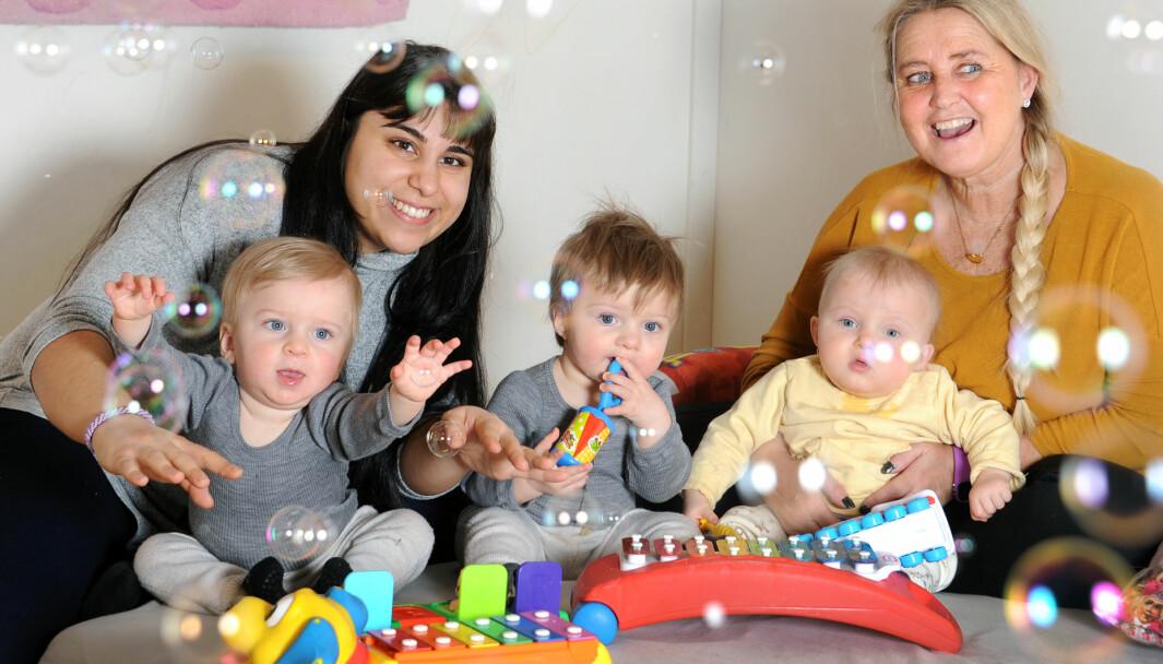 Aktivitetsleder Magdalena Dzakic (t.v.) og pedagogisk leder Layla Hansen har hatt ansvar for Filip, Henrik og Amelia hver dag siden de begynte i barnehagen. Barna er glad i såpeboblemaskinen.