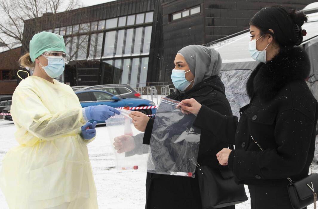 Silje Thorkildsen (til venstre) mottok spyttprøver fra Salam Abulrazak og Beheshte Yousufzai under massetestingen på Stovner videregående skole da testingen startet onsdag i forrige uke.