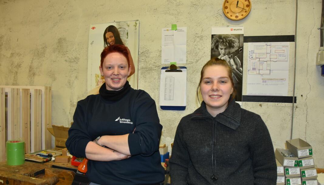 Hilde Troberg og Ingrid Valsjøe Olafsen sier de ikke bryr seg om plakatene. Det er jo begge kjønn som henger her, sier jentene.