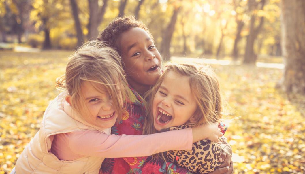 Femåringene forskeren snakket med i sin studie, fortalte at tillit til andre barn, å ta ansvar for hverandre og å oppleve at de har noe felles med andre barn, var viktig for at de kunne delta i ulike aktiviteter i barnehagen.