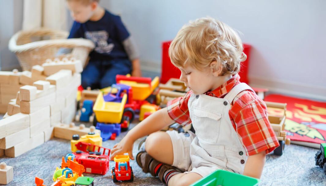 Når gutten som trenger spesialpedagogisk hjelp får lov å leke med bilder sammen med de andre barna i stedet for å bli tatt ut av gruppa, opplever han tilhørighet og de andre barna lærer å inkludere alle barn.