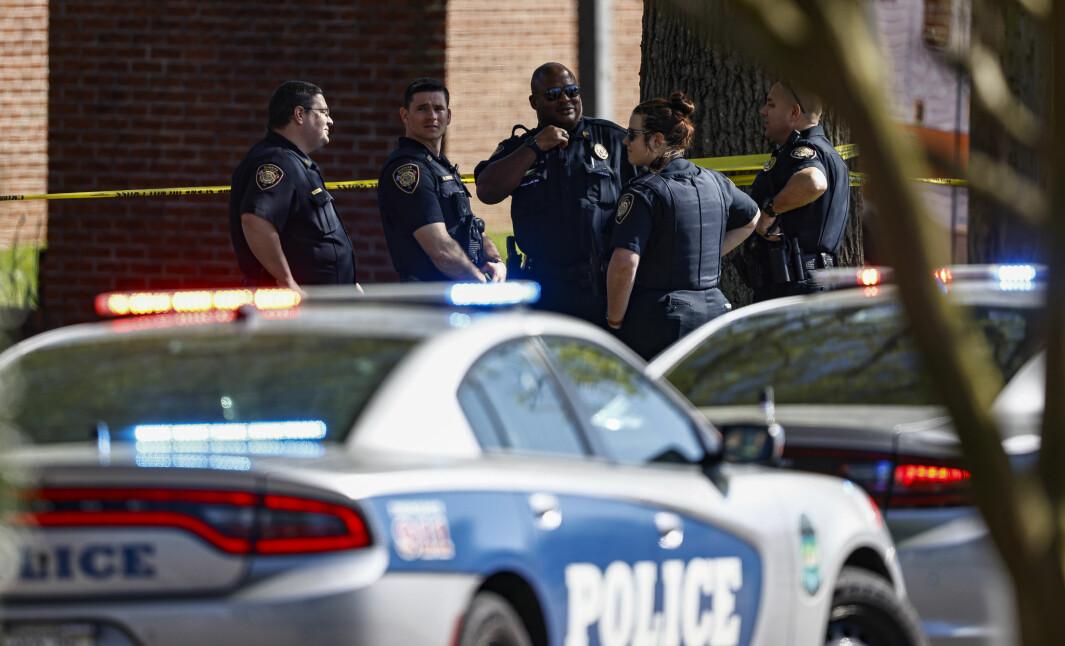 Politiet er ved skolen Austin-East Magnet High School i Knoxville, Tennessee.