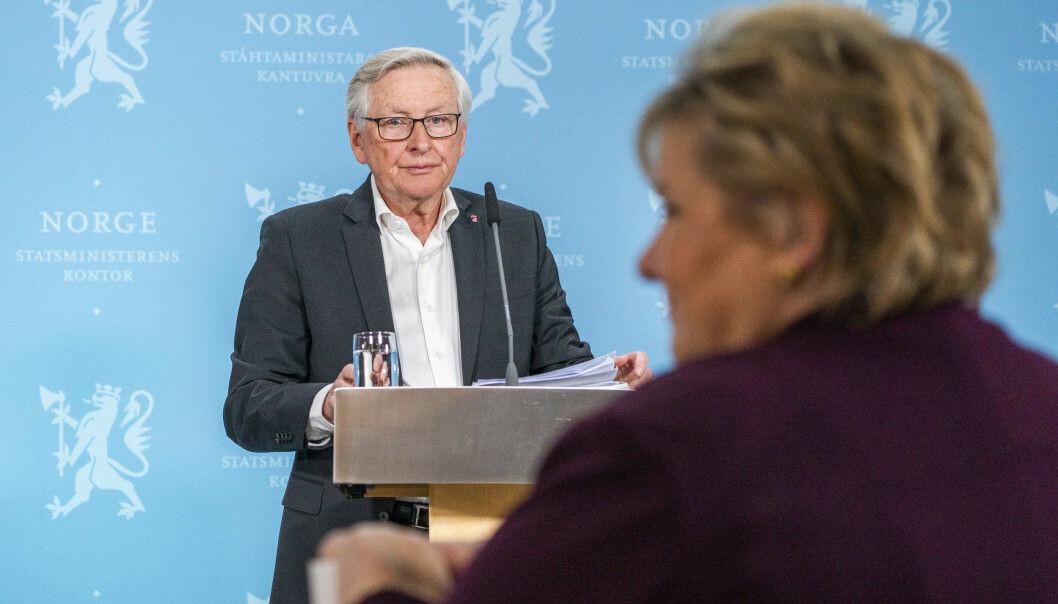 Koronakommisjonens leder Stener Kvinnsland overleverte kommisjonens sluttrapport til statsminister Erna Solberg på Statsministerens kontor i Oslo onsdag.