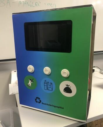 En snekret boks med et programmert resirkulerings-spill: naturfag, kunst og håndverk, samfunns-fag og programmering i ett.