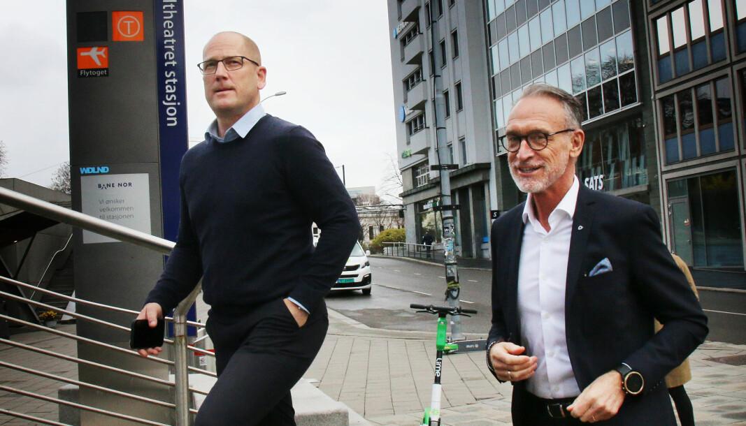 - Det er på tide at KS ser at læreryrket må verdsettes høyere, også lønnsmessig, sier UDF-leder Steffen Handal. Her går han inn til lønnsforhandlingene med KS - ved forhandlingsleder Tor Arne Gangsø (t.h.) som startet onsdag denne uken.