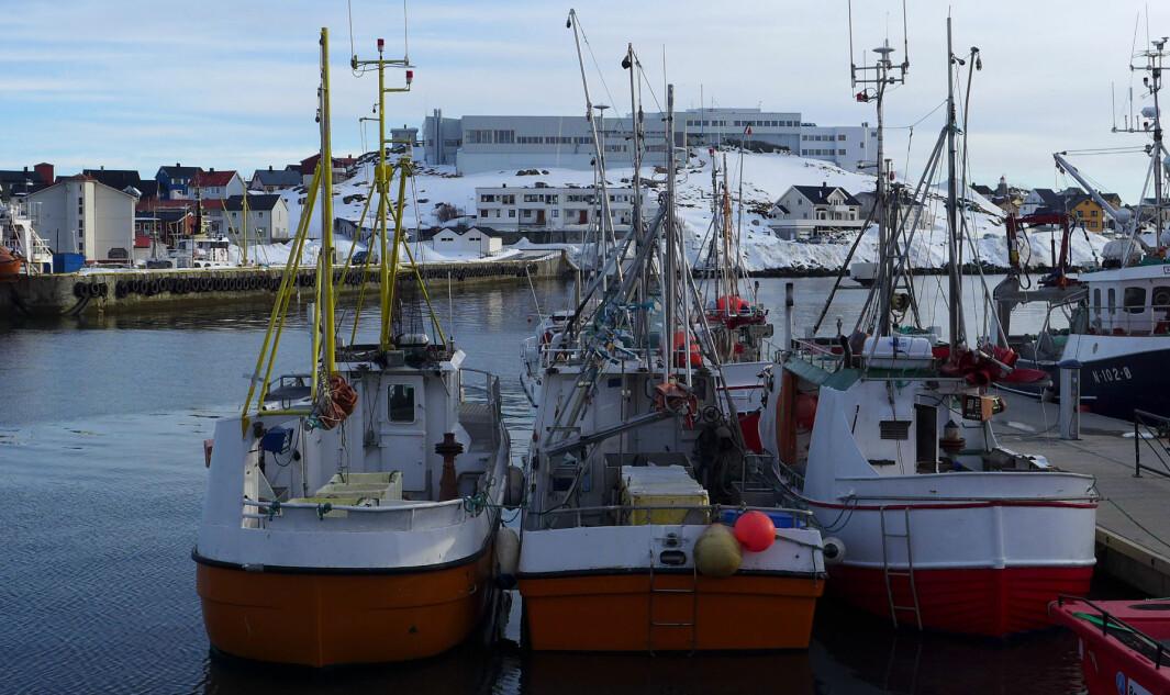 Nordkapp maritime fagskole og videregående skole, fotografert i april 2013 . I forgrunne ser vi fiskebåter som ligger til havna.