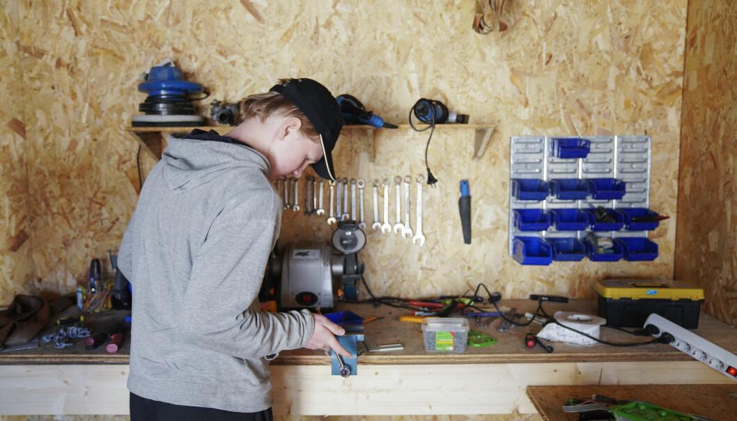 Øivind Kro Baisgård(14) er lite motivert for ungdomsskolen. Utdanning fikk bli med ham i verkstedet der han trives best. Han etterlyser mer praktisk undervisning også på skolen.
