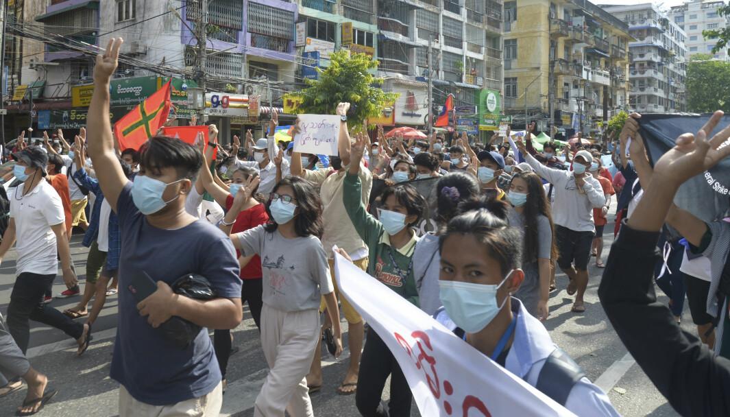 Demonstranter i Yangon protesterer mot militærjuntaen tidligere denne uka.