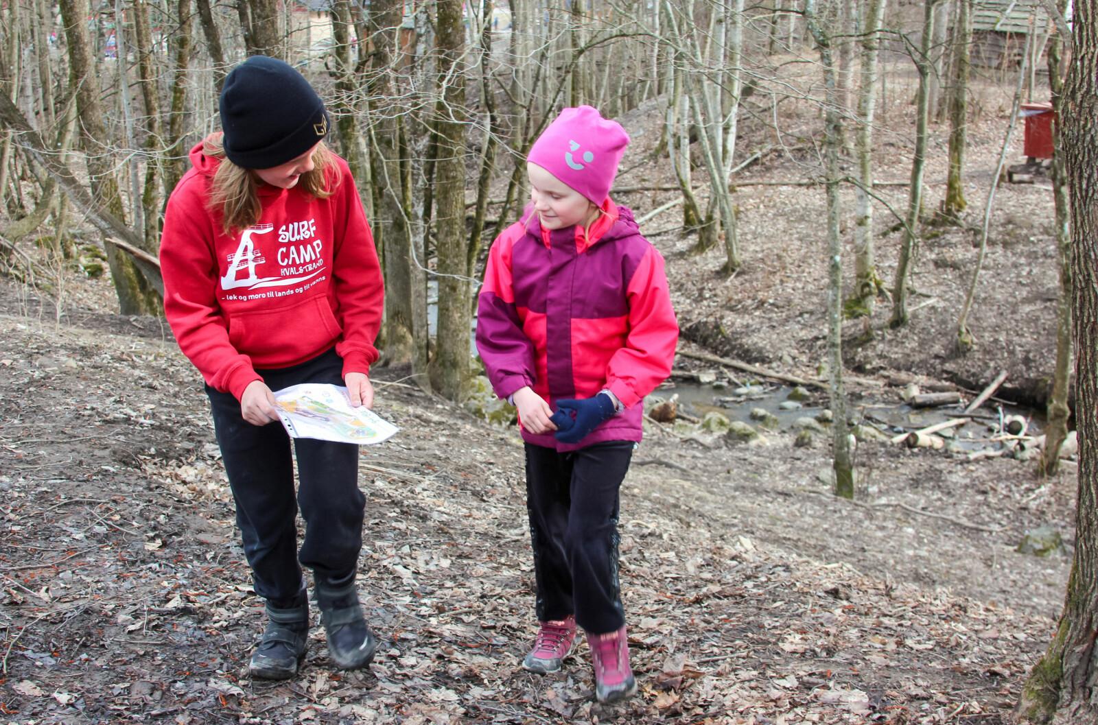 Fjerdeklassingene Marie Christensen og Gudrun Flo Er iksen leter etter post i skråningen ved bekken som går gjennom skolegården til Hvalstad skole.