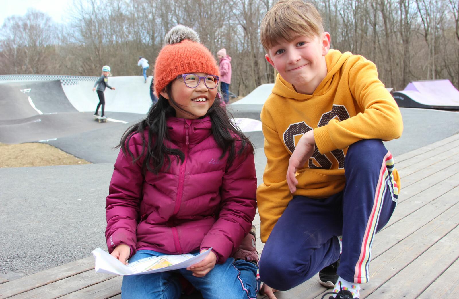 Nora Langedrag Meel og Noah Eriksen Næss studerer kartet.