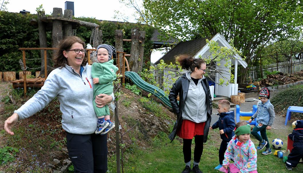Fritidspedagogene Tone Bjellvåg (f.v.) og Vibeke Frafjord Saint-Victor er selv aktivt med i barnas lek i familiebarnehagene de driver.