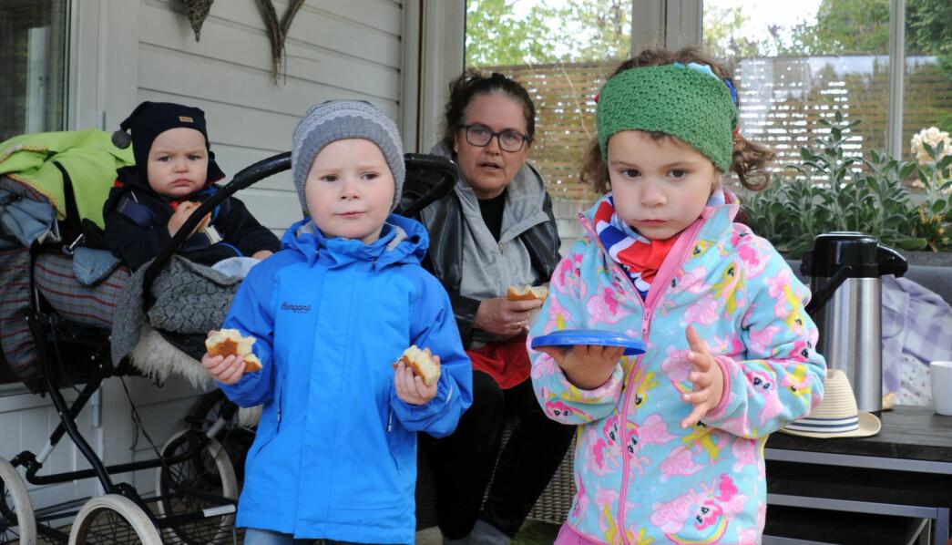 – Hysj! Vi må være stille, sier Victoria til Torjus. De tar med seg bollene og lager piknik, så fritidspedagog Vibeke Frafjord Saint-Victor kan legge Ole.