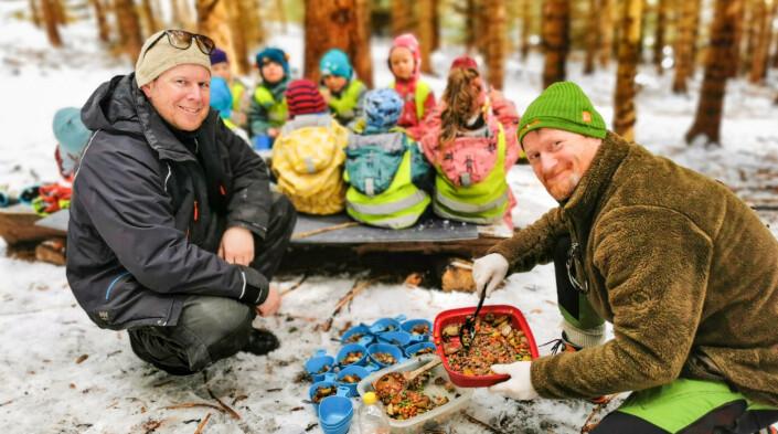 – Vi lager alltid varm mat på turene våre, sier de entusiastiske pedagogene Bjørnar Vollan og Ronny Slotnes fra Kleiva Naturbarnehage i Sortland.