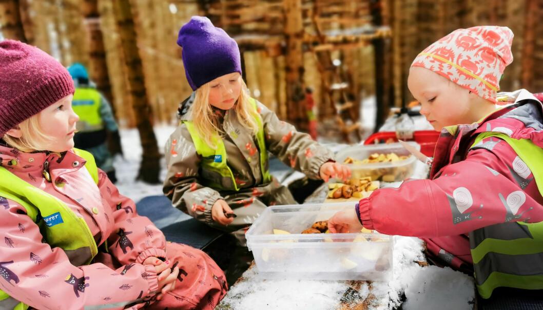 Tilje-Emilie, Oda og Agnes har fått oppdraget med å skjære sund potetene de har vasket, som skal bli dagens utendørs lunsj.