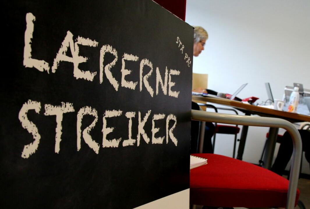 *** Local Caption *** Streikende lærere i Alta. Sissel Henriksen (t.v.) og Mette Harr Medbye.
