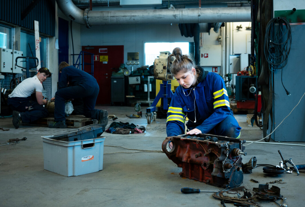 – Jeg liker at undervisningen er så praktisk, sier Julia Zyla, som demonterer og setter sammen igjen en gammel motor.