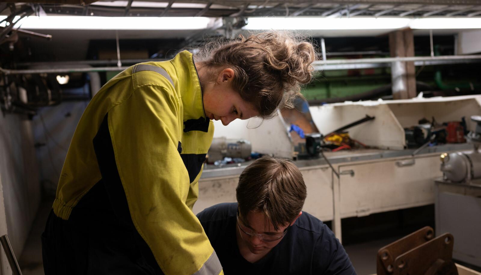 – Jeg lærer mye av Thea. Hun er flink, sier Joar Steen om klassevenninna Thea Frotveit.