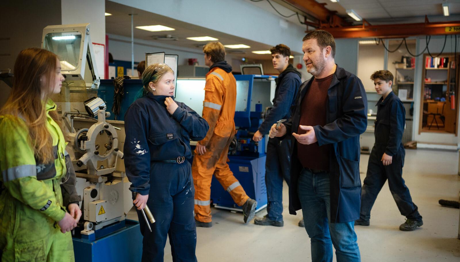 – Vi trenger å få opp kvaliteten, og det bidrar jentene til, mener Geir Jacobsen, avdelingsleder ved teknologi- og industrifag. Her snakker han med elevene Leah Ågotnes (til venstre) og Iris Solheim.