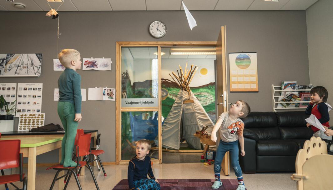 Opplever samiske barn sammenheng mellom barnehages pedagogikk og oppdragelsen de får hjemme, bidrar det til livsmestring, ifølge studie. Her er Jåvva (f.v.), Elias, Emanuel og Even i den sørsamiske barnehagen Suaja Maanagierte i Snåsa.