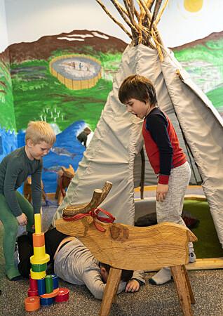 Historisk har utdanningsinstitusjoner for samiske barn vært preget av norsk kultur. Den sørsamiske barnehagen Suaja Maanagierte i Snåsa er opptatt av å lære barna om samisk kultur. Jåvva og Even leker reinfangst ved lavvoen i hjerterommet.