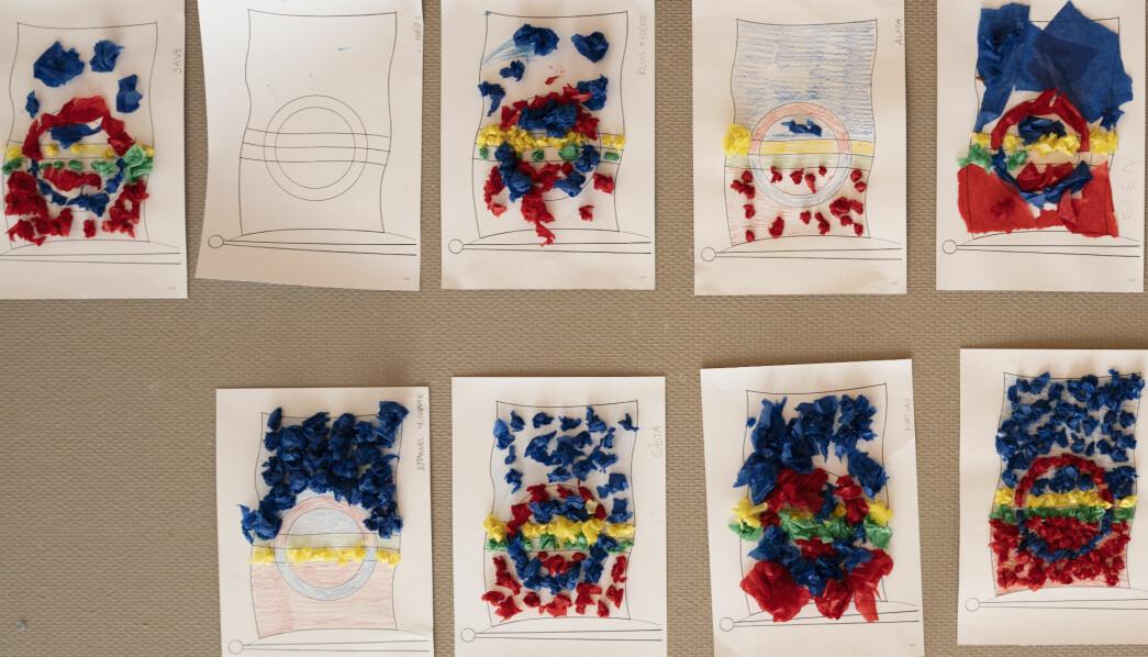 Barna i den sørsamiske barnehagen Suaja Maanagierte i Snåsa har fargelagt bilder av det samiske flagget med både fargeblyanter og krepp-papir.