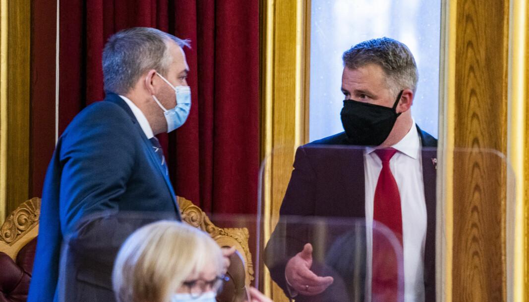 FrP-representantene Roy Steffensen (t.v.) og Per-Willy Amundsen under en spørretime i Stortinget.