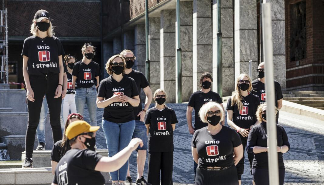 Streikende i Oslo under en streikemarkering utenfor Oslo rådhus