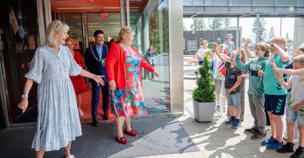 Statsminister Erna Solberg ble møtt med jubel, sang og flagg da hun kom til Smestad skole i Rælingen. Rektor Elisabeth Aandalen, ordfører Ståle Grøtte (Ap), tok imot henne.