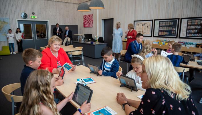 Elevene arbeider både digitalt og analogt med lesing, forklarer kontaktlærer Lene Udnæseth Holsve. Foto: Joakim S. Enger