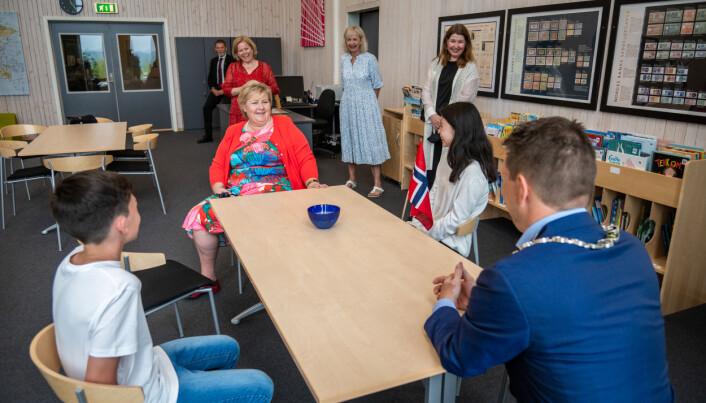 God stemning da Erna Solberg fortalte leder og nesteleder i elevrådet om teamsmøter i pysj.