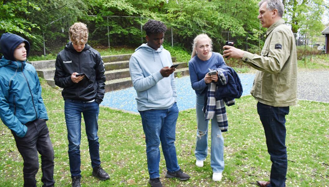 – Dere kan gå to og to sammen og løse oppgavene, sier kontaktlærer Egil Dahl. Fra venstre: Simon Lukassen, Simen Dalsmo-Klevdal, Khaled Abdirizak, Maja Ingebrigtsen og lærer Egil Dahl.