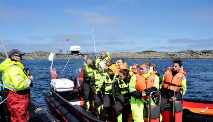 Den snøggåande RIB-båten tar med seg ti elevar om gongen ut til oppdrettsanlegget i havgapet. Båtførar Jan Inge Thoresen informerer 9.-klassingane før dei får koma om bord på laksemerden.