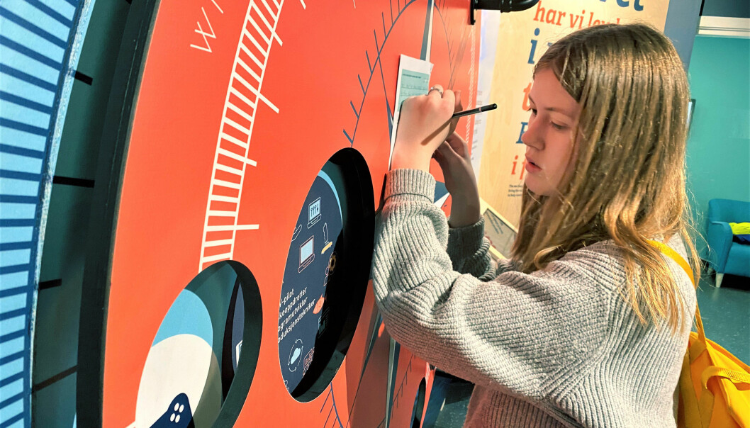 Kine Vikse finn svar på spørsmål under vandringa gjennom infosenteret. I framtida ønskjer ho å jobba med noko som kan bidra til eit reinare hav og til stans i skadelege klimagassutslepp.