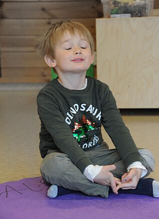 I Espira Grefsen stasjon barnehage lærer Alfred Wærholm Johansen yoga gjennom lek og øvelser han selv kan tilpasse sin egen kropp.
