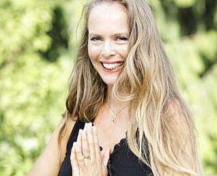 – Det er viktig at den voksne ikke har forventninger om at en yogastund skal forløpe smertefritt, sier yogaterapeut Isabelle Schjelderup.