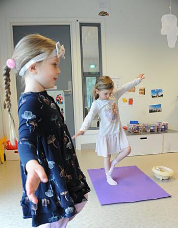 Lana Jenhaug Korneliussen (f.v.) og Astrid Gautvik oppfordres til å leke seg med yogaøvelsene. De må ikke gjøre dem på en bestemt måte.