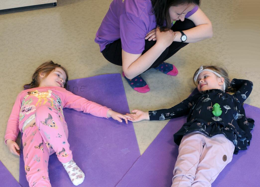 Yogalærer Aleksandra Ostrowska viser Eline Sofie Bakker og Lana Jenhaug Korneliussen morsomme yogastillinger, som å være hunder, katter, slanger eller frosker.