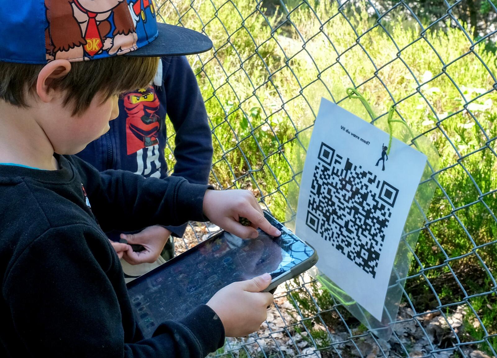 Olivier (6) sjekker hva som skjuler seg bak QR-koden.