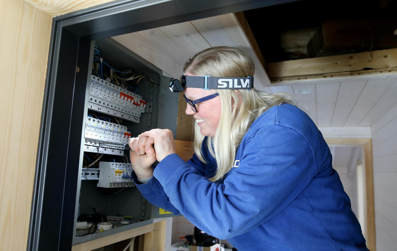 Mari Skogstad Østgård skrur fast en skrue i sikringsskapet.