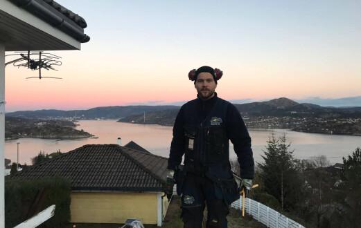 Endre (28) får brukt kreativiteten sin som artist – og som tømrer