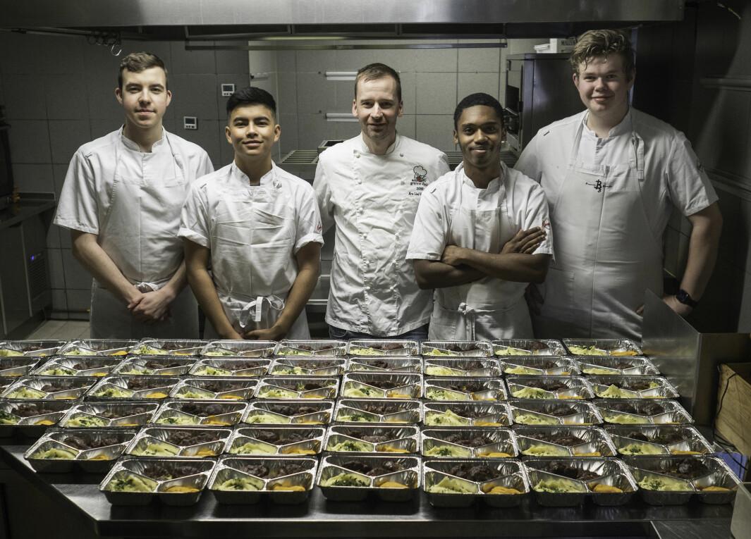 Lærlingene lager restaurantmat som folk kan hente selv