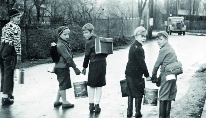 «Svenskesuppe» var et kjent begrep under andre verdenskrig. Her henter barn fra Nordstrands folkeskole havresuppe i store spann på vei til skolen.