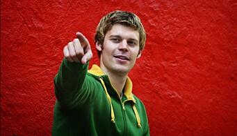 Moxnes meldte seg inn i Rød Ungdom da han gikk på Oslo Katedralskole. Her da han ble valgt til RU-leder i 2004.