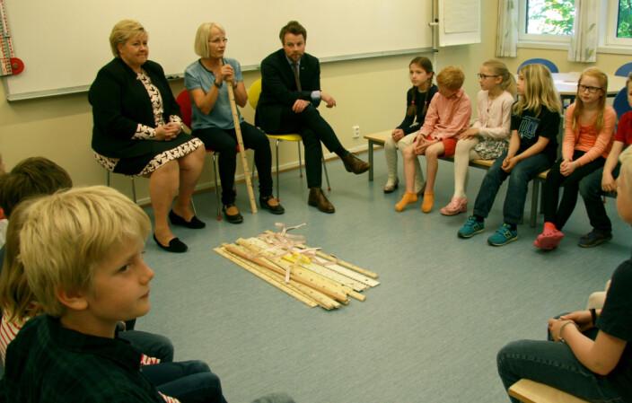 Berit Bakke Berge er en av landets første lærerspesialister. Hun og klassen i Bærum fikk besøk av statsminister Erna Solberg og Torbjørn Røe Isaksen i forbindelse med lansering av prøveordningen i mars 2015