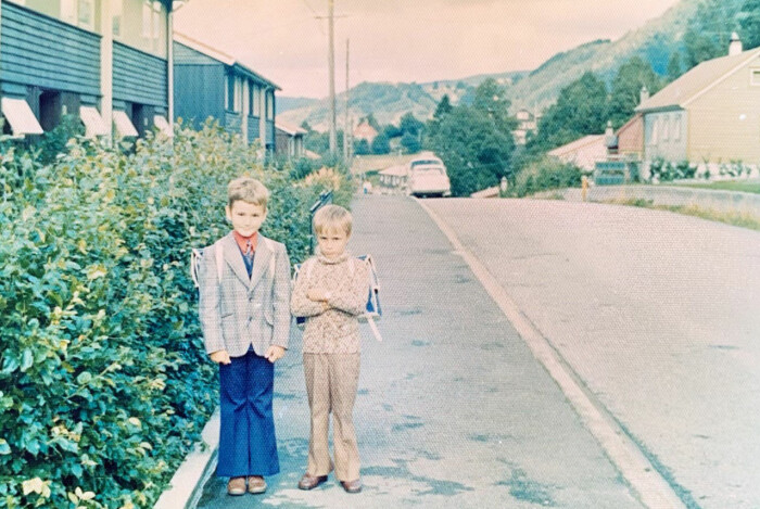 En litt skeptisk Arild Hermstad (til høyre) og kameraten på første skoledag.