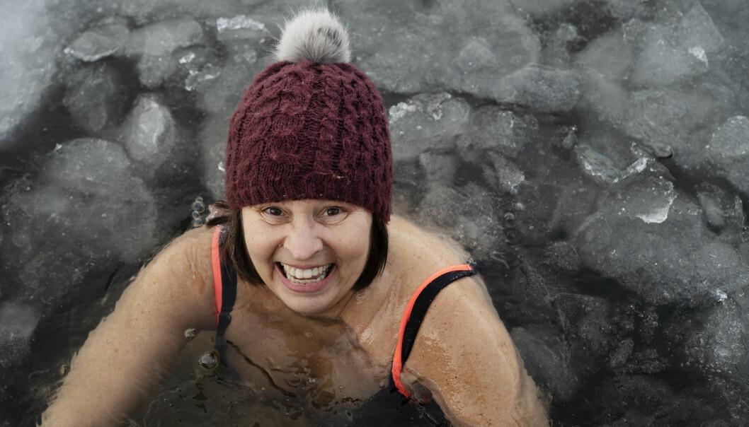 Barnehageforsker Elin Reikerås elsker å bade, året rundt. En gang i uken inviterer hun med kollegaer fra Universitetet i Stavanger i vannet.