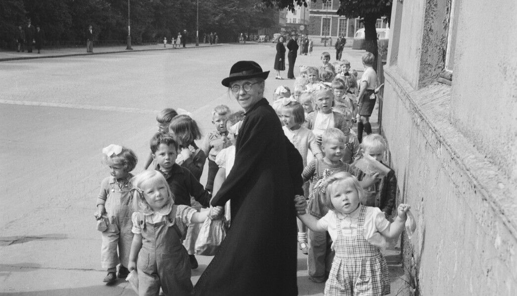 Mamma Haage var leder på Bergens Barneasyl fra 1910 og tok ofte med barna på bytur for å tigge leker og utstyr til asylet som barna kunne lage noe av når regnet plasket ned og alle 100 måtte være inne.