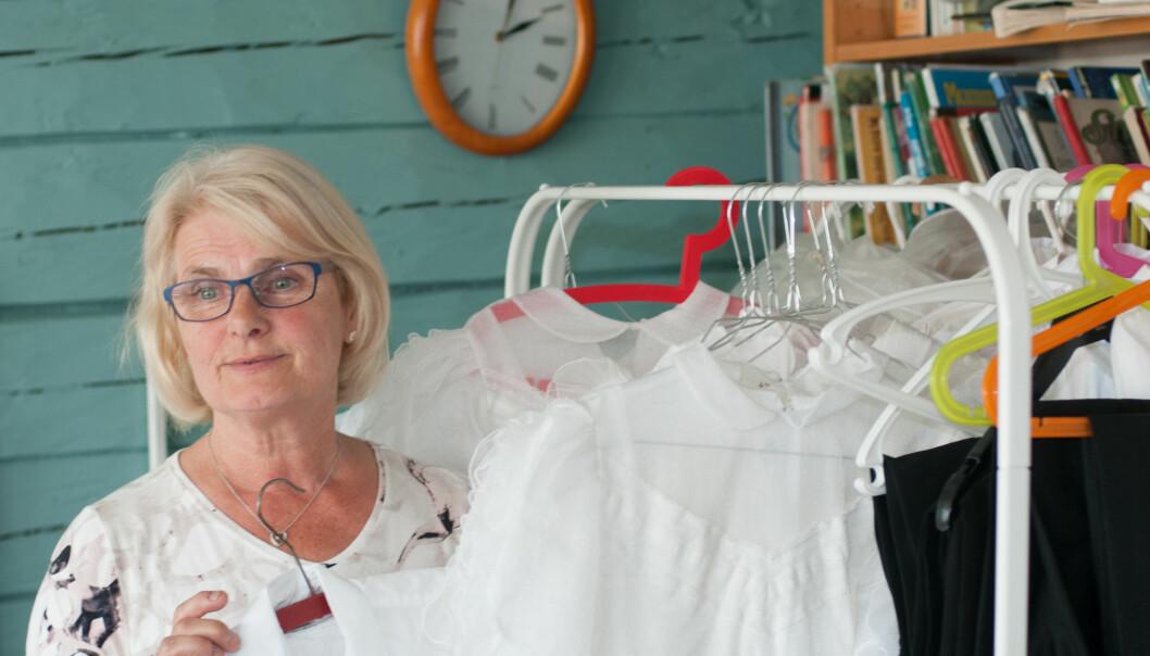 Eva Hop Johannessen har jobbet 43 år i Bergens Barneasyl, er nå pensjonist, men jobber ennå som vikar. Her ser hun over klær som brukes til jonsokfesten.